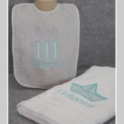 coffret-cadeau de naissance-bavoir éponge personnalisé-serviette de toilette personnalisée-tissu Petit Pan-Bruyère