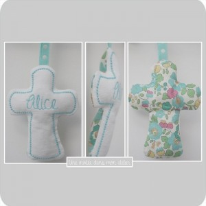 croix en tissu-cadeau de baptême-Liberty- Betsy turquoise