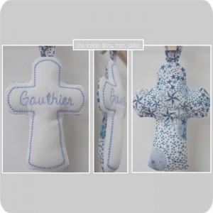 croix en tissu-cadeau de baptême-Liberty- adelajda bleu (2)