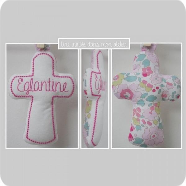 croix en tissu-cadeau de baptême-Liberty-betsy fraise (2)