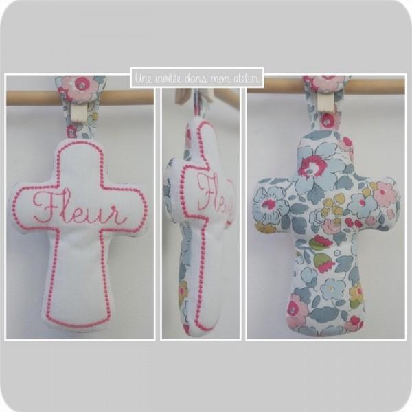 croix en tissu-cadeau de baptême-Liberty-betsy porcelaine