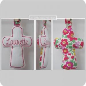 croix en tissu-cadeau de baptême-Liberty-betsy rouge