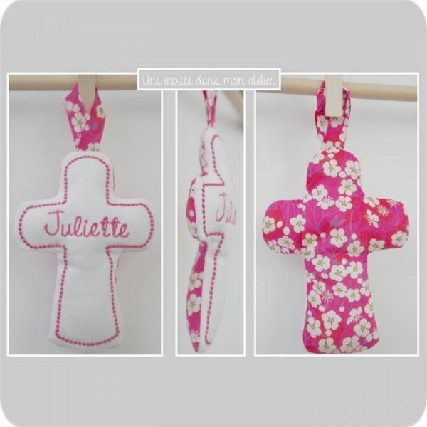 croix en tissu-cadeau de baptême-Liberty- mistsi rose