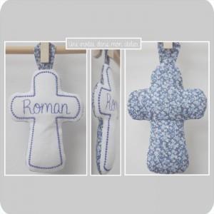 croix en tissu-cadeau de baptême-Liberty- pepper bleu