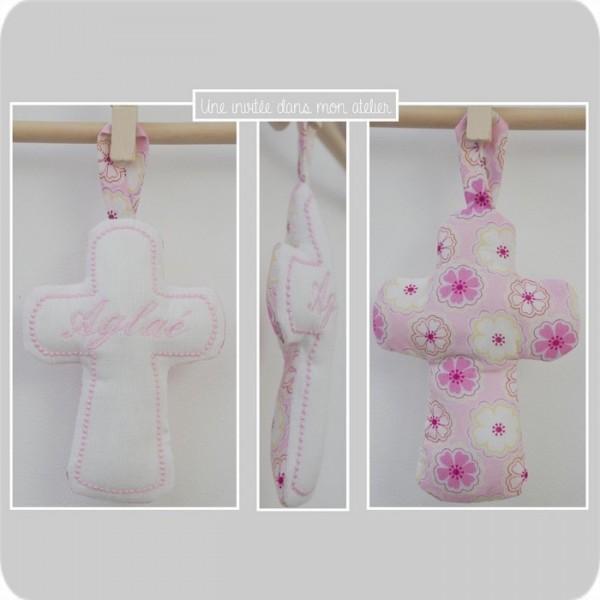 croix en tissu-cadeau de baptême-Liberty- toria rose