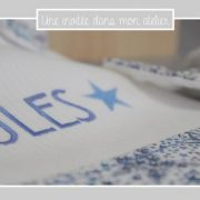 bavoir-nouveau-ne-2-tissus-hochet-detail-liberty-adelajda-bleu